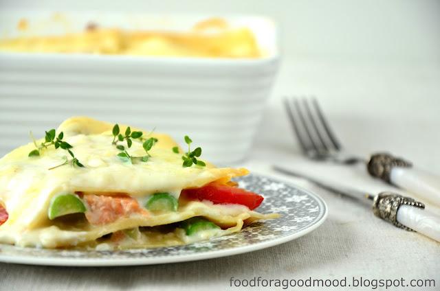Prosta i smaczna zapiekanka, którą można przygotować w sposób ekspresowy. Kawałki łososia, pomidorków i zielonych szparagów skąpane w beszamelu świetnie smakują z makaronem. Na górze bardzo klasycznie, czyli delikatna, ciągnąca się mozzarella. Ot! Na obiad w sam raz :)