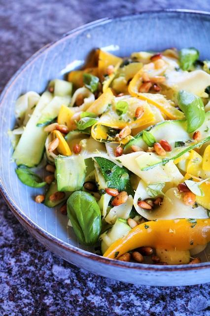 Zucchini Pappardelle mit Feta und Zitrone