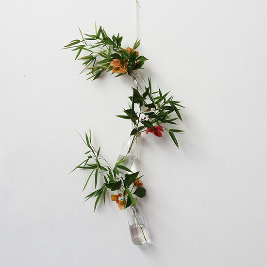 http://www.ohohdeco.com/2014/08/recycled-hanging-vases.html