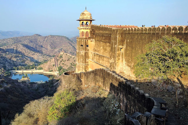 Jaigarh fort overlooking the Aravalli mountains