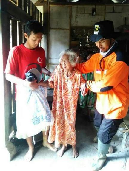 Relawan PKS evakuasi warga Pacitan