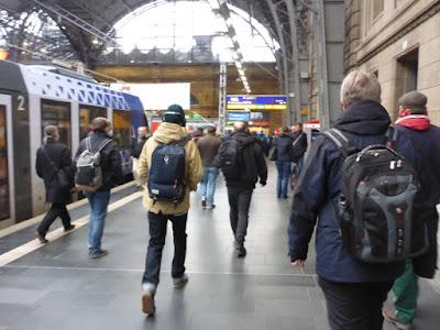 Reisende verlassen den Zug