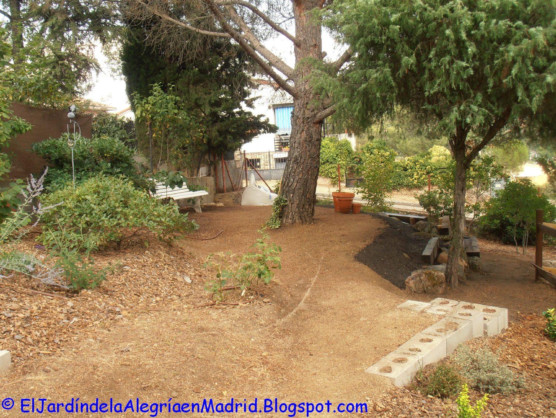 El jard n de la alegr a rocalla con bancos de piedra y - Bancos de piedra para jardin ...