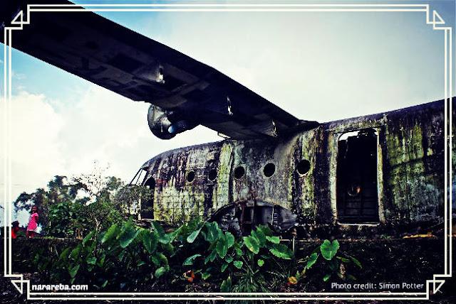 Penampakan pintu bangkai pesawat di kota Ruteng