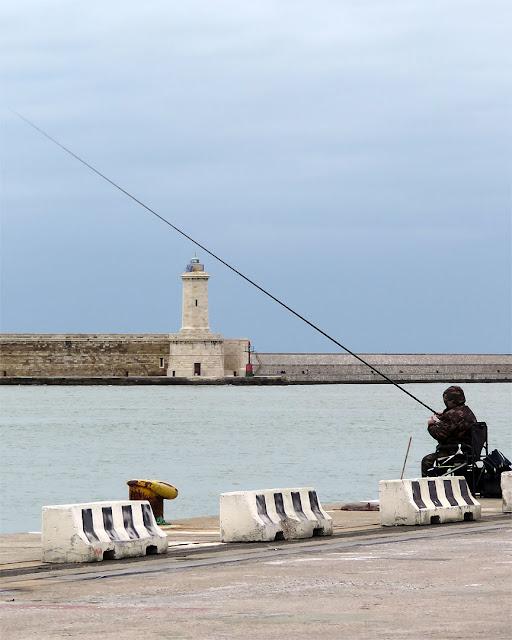 Pescando d'inverno, porto di Livorno