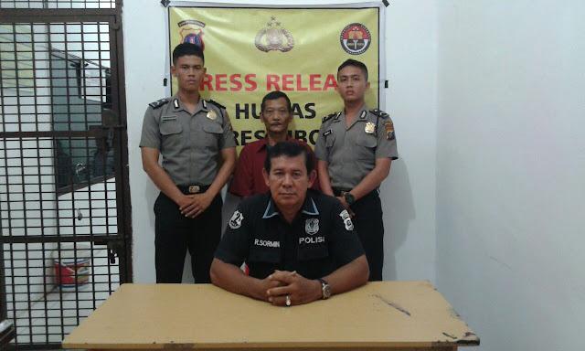 Tersangka pelaku cabul di Sibolga (baju merah di belakang) saat di kantor polisi.