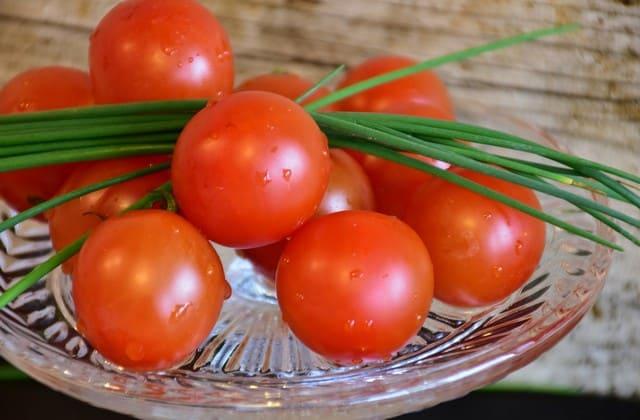 Untuk menjaga kecantikan kulit, kamu bisa mengonsumsi buah tomat secara langsung atau kamu bisa membuatnya sebagai masker