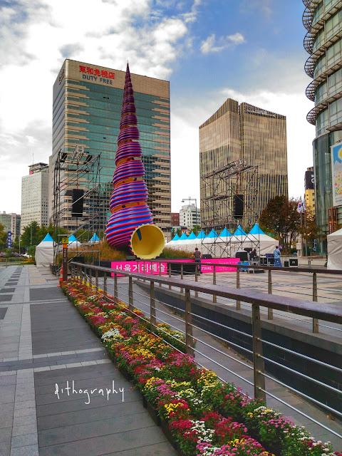 cheonggyecheon stream dan spring land mark karya seni di cheonggye plaza