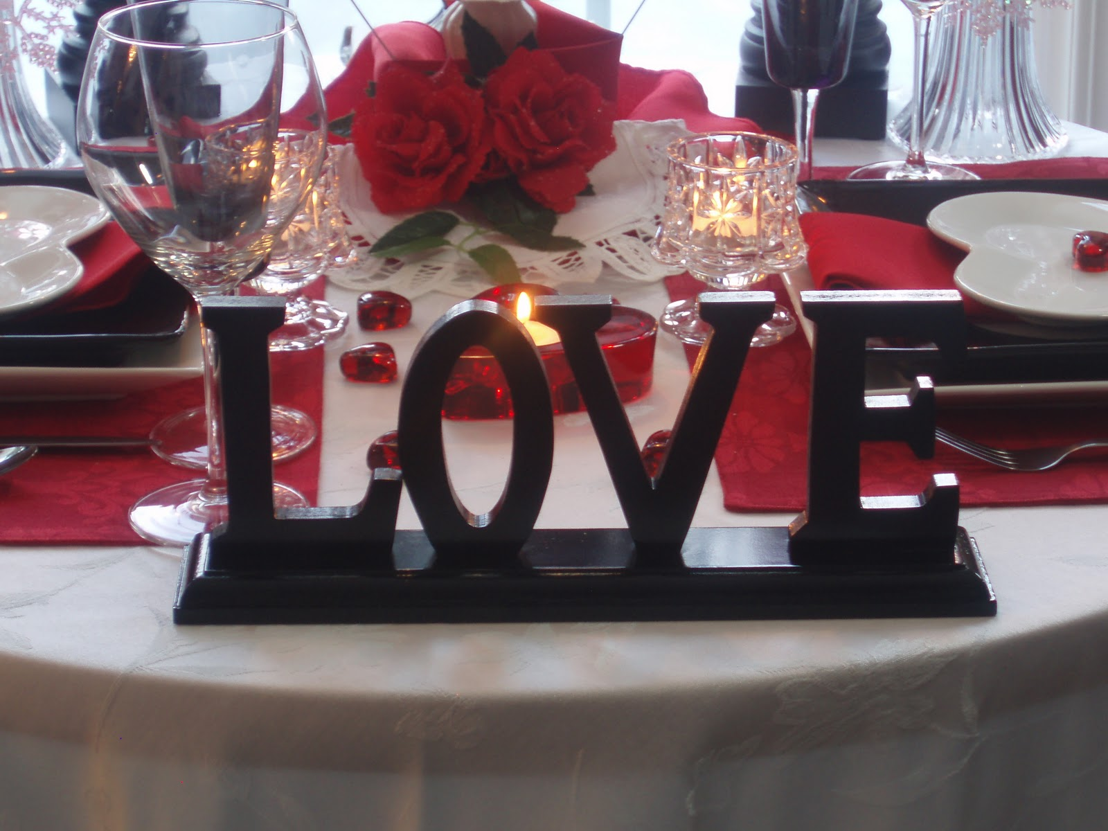 Dining delight valentine centerpieces for Decoration avec des roses