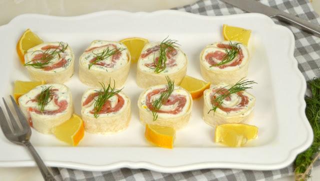 Rollitos de salmón y queso crema. Aperitivo fácil para Navidad