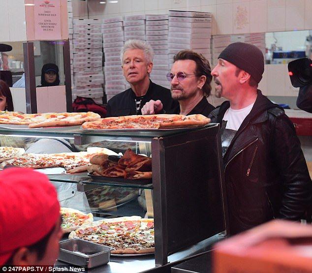 U2 aparece en una pizzería de Nueva York como clientes