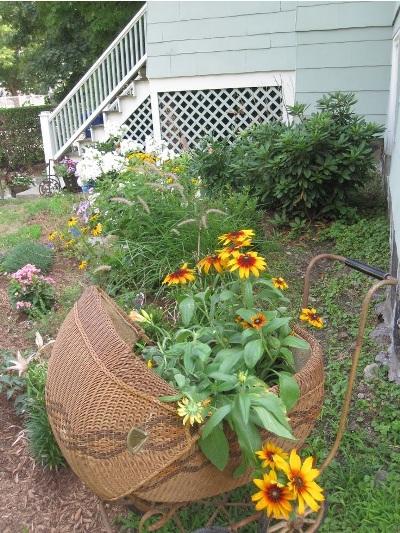 Manfaatkan troli atau kereta bayi yang sudah rusak untuk menanam bunga hias