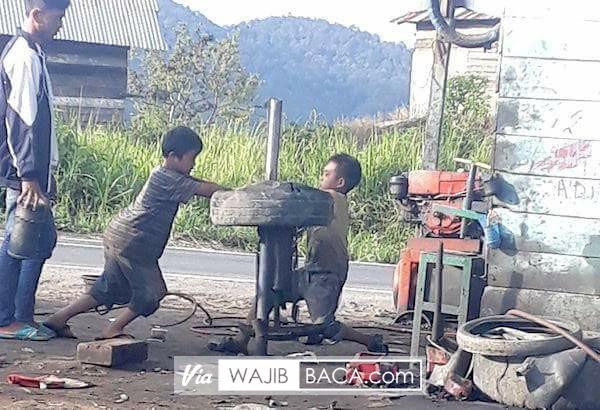 Salut, Masih Anak-anak Tapi Sudah Kerja Keras Meski Hanya Jadi Tukang Tambal Ban