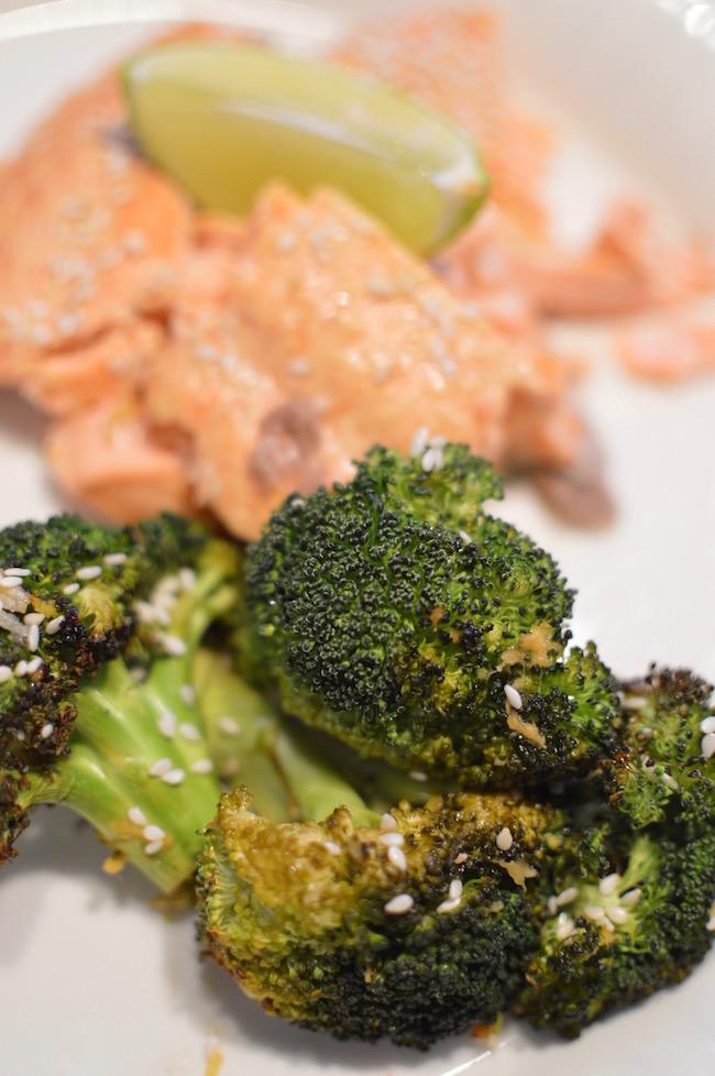 inkivaarilla, valkosipulilla ja limenmehulla marinoitu parsakaali