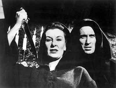 Patricia Jessel y Christopher Lee en una secuencia de Horror Hotel