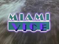 Letras: Miami Vice, del comienzo de la serie. Detrás de las letras MIAMI VICE aparece la estela de una embarcación deportiva marítima