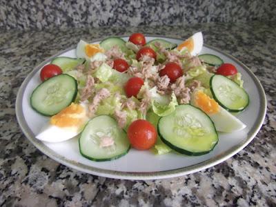 Ensalada de lechuga con huevo y pepino