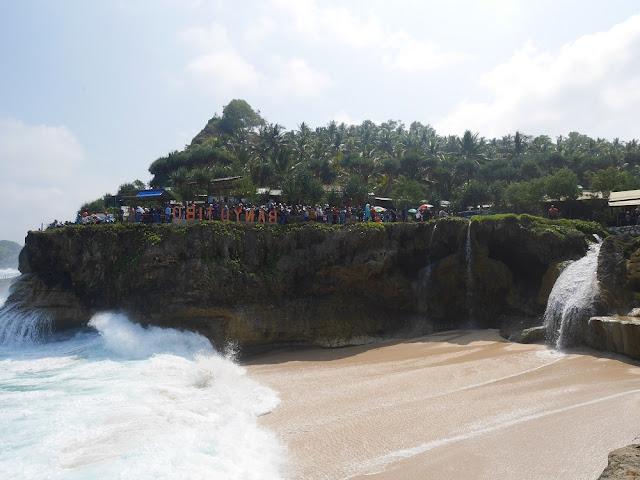 Pantai Banyutibo Pacitan
