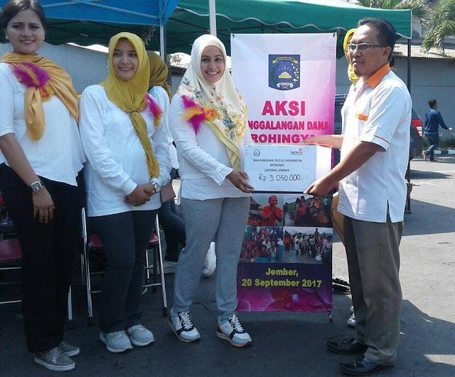 Cut Laura Kusworo, Ketua Bhayangkari Cabang Jember menyerahkan donasi ke Lazismu Jember