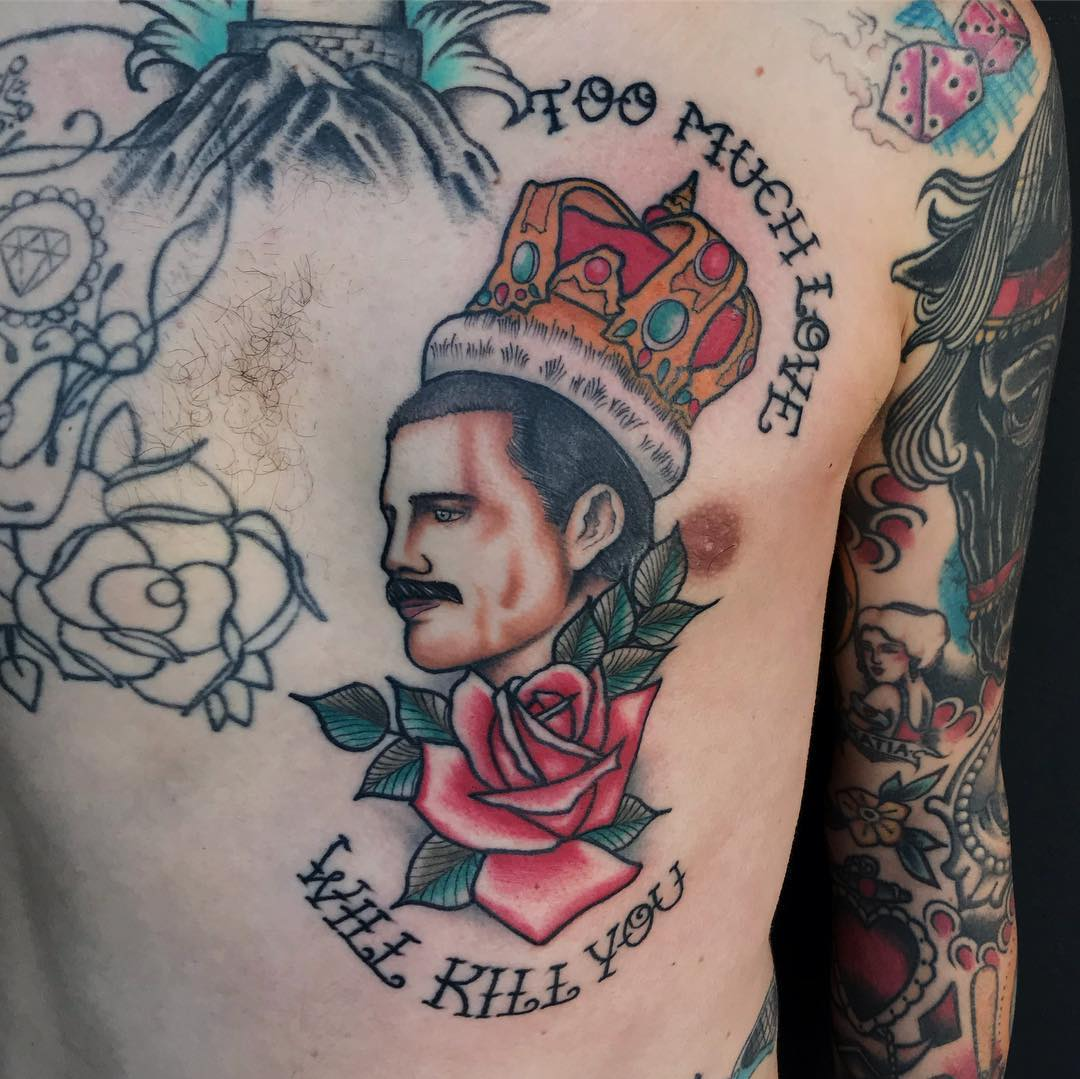 tatuagem old school masculino colorida preta no peito