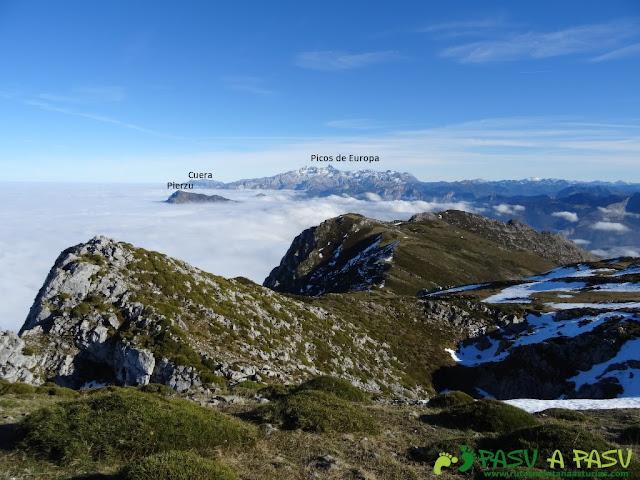 Desde la Llambria vista del Pierzu, Cuera y Picos de Europa