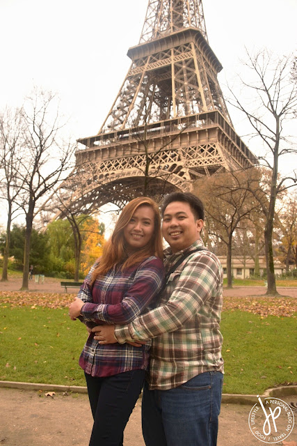 couple photo shoot with eiffel tower in the background