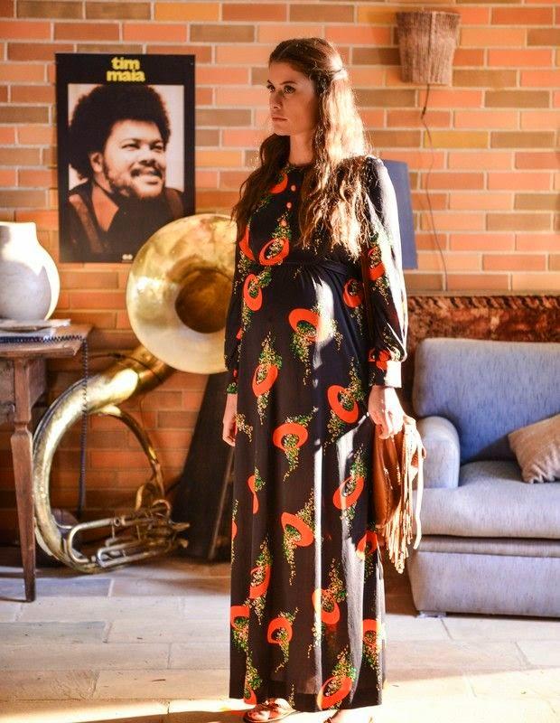 Janaina grávida com vestido estampado longo