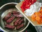 Mazare cu afumatura preparare reteta - calim alaturi de costita si ceapa, morcovul si ardeiul tocate