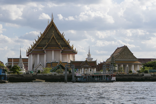 Tempio sul fiume Chao Phraya a Bangkok