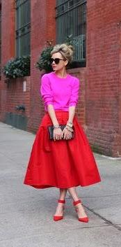 Saia midi vermelha, malha rosa