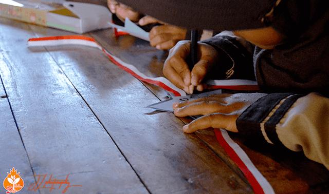 Menulis Nama di nametag Kelas Inspirasi Brebes #3 SDN Kalipucang