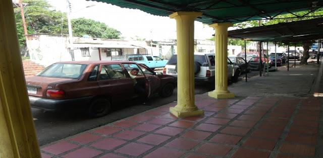 Amazonenses realizan largas colas para poder abastecer sus vehículos con 30 litros de combustible.