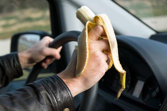 eat banana while driving