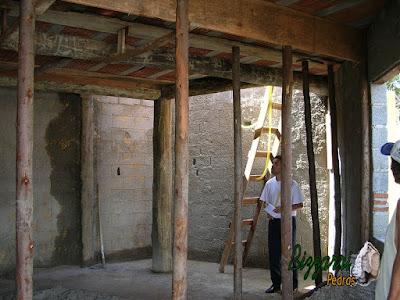 Detalhe da laje pré apoiada na viga de madeira de eucalipto tratado com os pilares de eucalipto tratado com a alvenaria de bloco de cimento fixado nos pilares de madeira em construção de casa rústica no sul de Minas Gerais.
