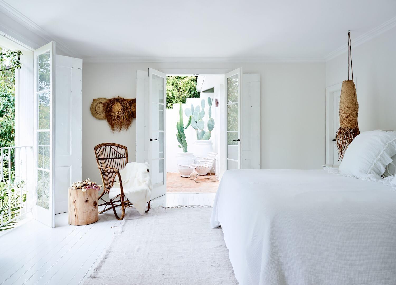 Mobilier și accente subtile din lemn într-o casă amenajată în totalitate în alb din Sydney