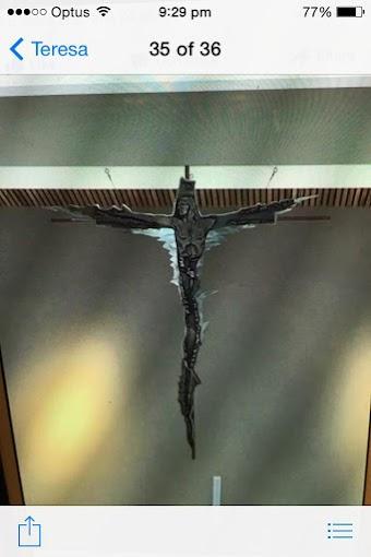 Người Công giáo đừng đeo thánh giá này nhé!