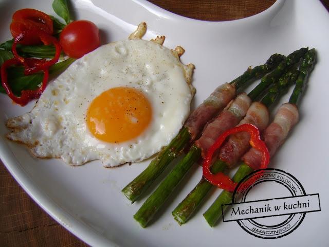 Jajko smażone ze szparagami na maśle klarowanym jak zrobić masło klarowane przepis patelnia grillowa szparagi przepisy szparagi gotowanie szparagi białe szparagi zapiekane