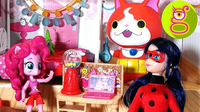 Ladybug y Jibanyan hacen el unboxing de la habitación para la Fiesta de pijamas de Pinkie Pie