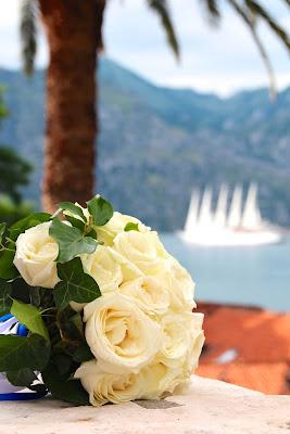 Ramo de novia y barco a vela al fondo