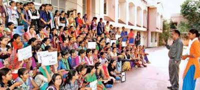 राजकीय कमला मोदी गर्ल्स कॉलेज में छात्राओं का प्रदर्शन, ज्ञापन सौंपा