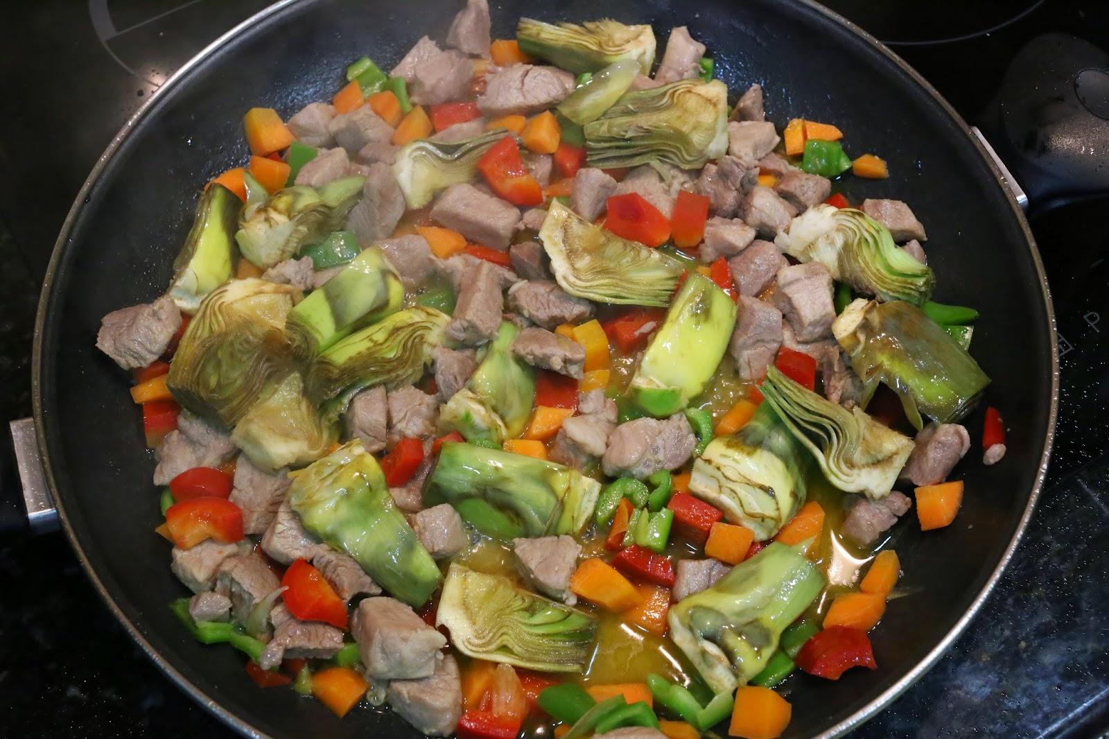 Preparación de arroz con alcachofas y lomo de cerdo