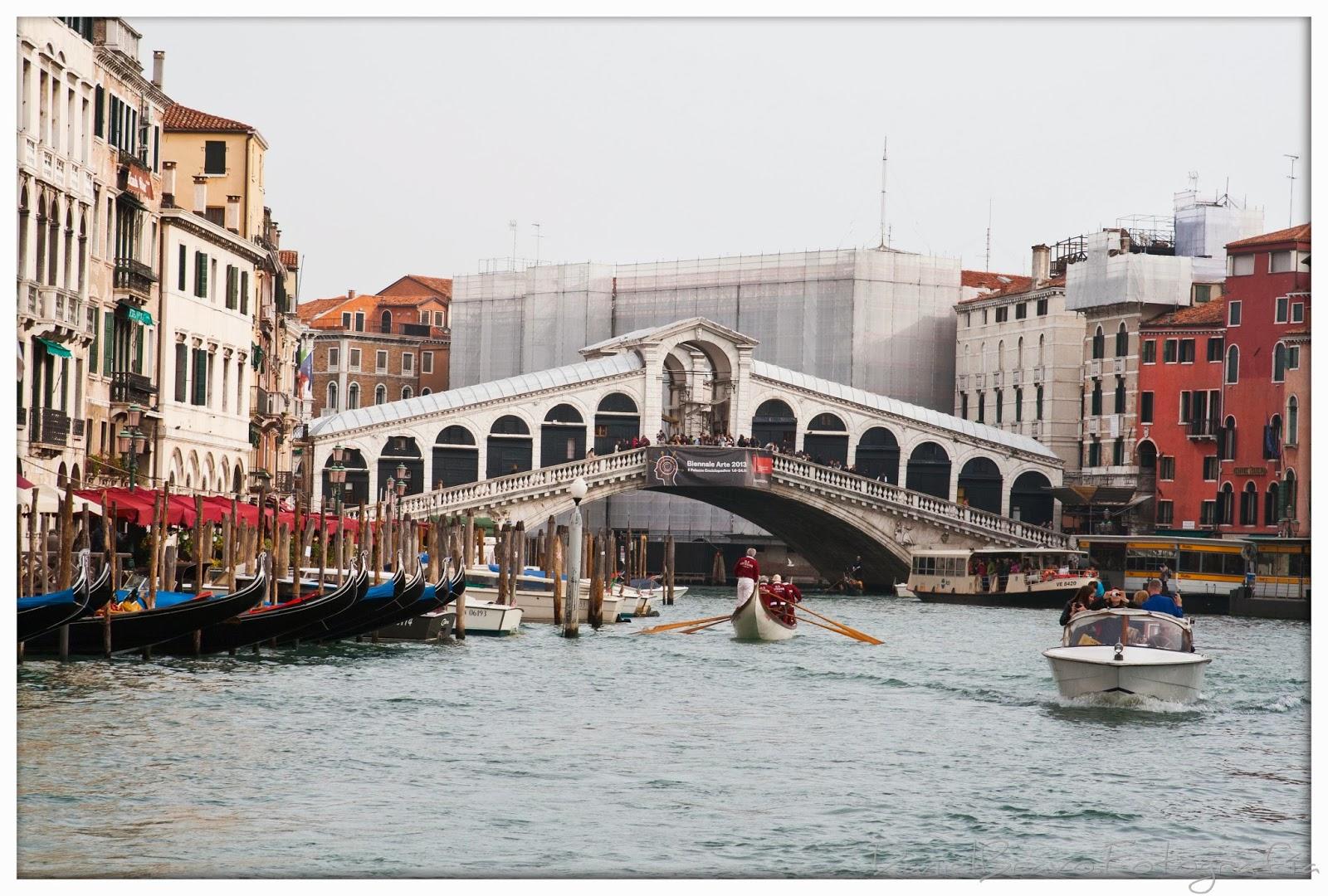 Vista desde el canal del famoso puente de Rialto en Venecia