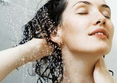 Cuci Rambut dengan Air Hangat Mencegah Rambut Rontok Kerontokan