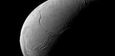 علماء يحددون موعد سقوط القمر واصطدامه بالأرض !