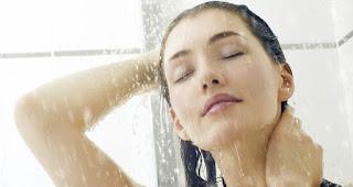 keramas air hangat membuat rambut berkilau