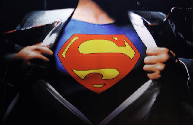 Símbolo de Superman tras la camisa