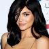 Nem hiszed el, ki áll Kylie Jenner szépségmárkájának a sikere mögött