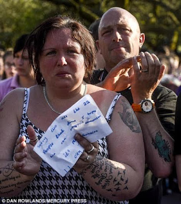 Mother of a 15-year-old girl who died in the Manchester bombing breaks down during vigil (photos)