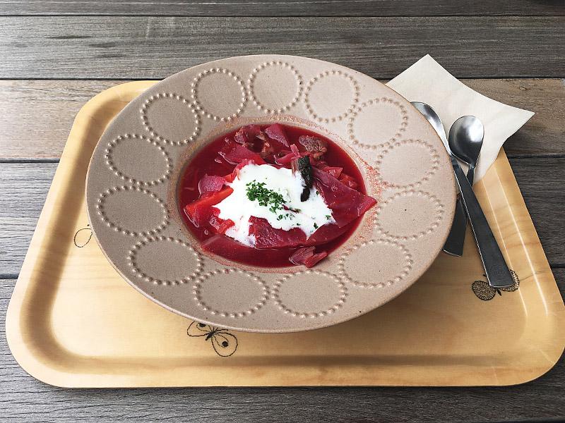 表参道のアート系複合施設SPIRAL5階にあるカフェ『家と庭』の赤のスープ(ボルシチ)