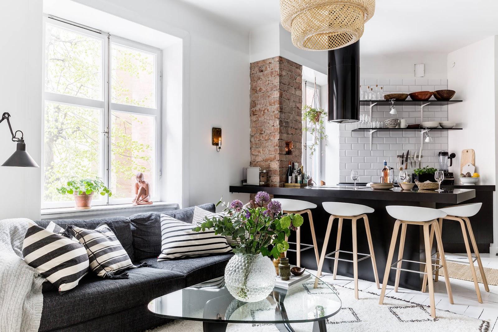 Bucătărie deschisă către living și decor în alb-negru într-un apartament de 45 m²